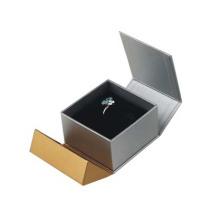 Caixas de presente marcadas da jóia que empacotam para o dia das mães