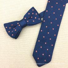 Cravate d'arc de tricotage en soie faite sur commande de cadeau d'homme avec des points de broderie