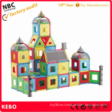 El gran castillo y el edificio del coche imán juega los juguetes