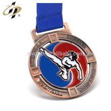 La fábrica de China fábrica propia grabe en relieve las medallas del premio de la antigüedad del diseño de los deportes