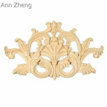 Le motif floral en relief recouvre des appliques en bois