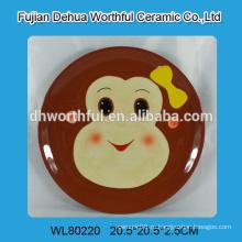 Керамическая круглая пластина с ручной печатью на обезьянах