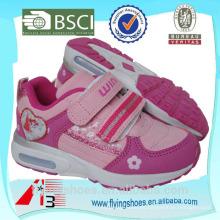 Las muchachas del alto talón rosan los zapatos de los deportes con VELCRO