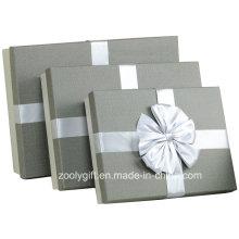 Boîte à cadeau d'emballage en papier à la texture texturée de qualité / Boîte à cadeaux en papier grise Slivery avec décoration de ruban