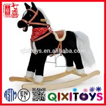 brinquedo animal impresso relativo à promoção personalizado do cavalo de balanço do luxuoso do bebê com sela marrom & base de madeira