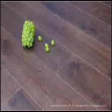 Planchers de bois franc brossé et teinté en chêne massif / parquet