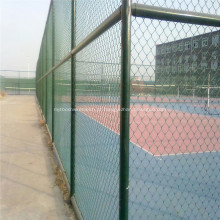 Cerca verde do elo de corrente do PVC para o campo de esportes