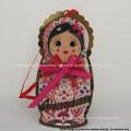 Étiquettes accrochantes de vêtement de papier en forme de fille adorable de conception créative