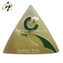 Vendas diretas da fábrica custom made forma triangular de metal lettering distintivo do pino de lapela