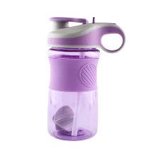 Botella de agua potable de los deportes de las botellas plásticas de la nueva llegada 650ML BPA con Stiring Ball