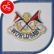O logotipo feito sob encomenda do bordado projeta o crachá
