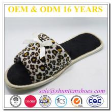 Femmes femme imprimé léopard ouvert toe home slipper avec finition en satin