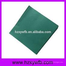 Um guardanapo de papel airlaid impresso dobra