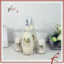 Keramik-Cruet-Set in Halter für Restaurant verwendet