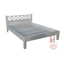 Weißes beunruhigtes Bett