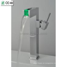 Alça de corpo único LED torneira de torneira de lavatório de latão (QH0616F)