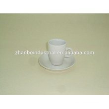 Горячая насадка из белого фарфорового эспрессо из фарфорового кофе и блюдца