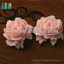 fleur de résine rose avec des feuilles de résine perles