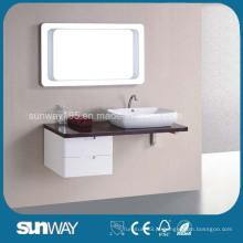 Armário de casa de banho montado na parede de madeira com espelho