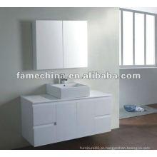 Vaidade de banheiro branco com gabinete de espelho