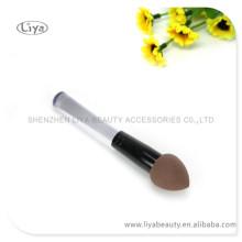 Cepillo de esponja de maquillaje venta caliente 2015 con manijas para requisitos particulares insignia hecha