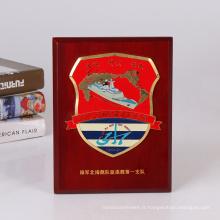 Badge métallique et emballage en bois