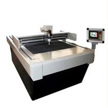 Máquina de corte de espuma oscilante con rotulador.