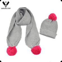 Зимний теплый шарф и шапка девушки с помпоном