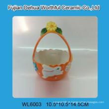 Cesta de cerâmica bonito de Easter com teste padrão do coelho
