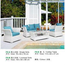 Rattan Couchtisch und Sofa in weißer Farbe