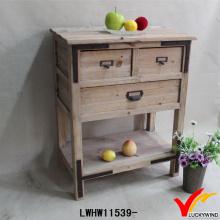 Грубый ручной деревенский деревянный стол с ящиками и полкой