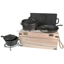 Utensilios de cocina de hierro fundido al aire libre con caja de madera