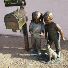 Décoration de la maison en métal artisanat bronze garçon boîte aux lettres statue à vendre