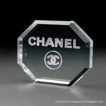 Grabado del pisapapeles de la forma del octágono del vidrio cristalino