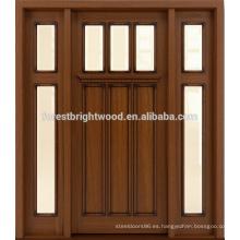 Exterior de la puerta sólida con vidrieras laterales