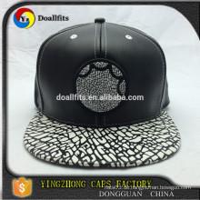 Custom Six Panel schwarz Faux Lederband Snapback Caps mit Applikation