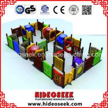 Crianças jogam labirinto para venda