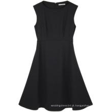 Use vestido feminino de escritório preto na altura do joelho