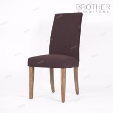 En gros en bois cadre en tissu couverture dinant la chaise pour la salle à manger
