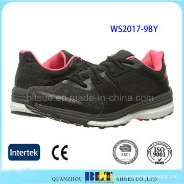 Zapatos deportivos cómodos de las mujeres en diseño de moda