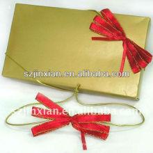Curva vermelha pequena com o laço do estiramento para o cartão de presente