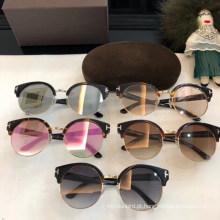 Óculos de sol clássicos redondos coloridos das mulheres