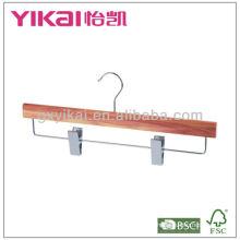 Percha de faldón de cedro con clips metálicos