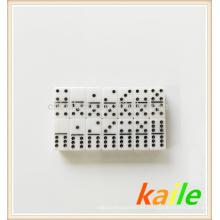 Doble seis fichas de dominó blanco y dorado de pintura negra
