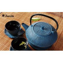 Эмалированный чугунный чайник с чашками