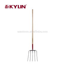 O punho longo de madeira de ferramentas de jardim forjou a forquilha do estrume