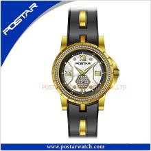 Neue modische Art-Edelstahl-Damen-Quarz-Uhr mit Slicone-Band-Stahlstücken auf dem Silikon.