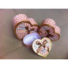 Подарочная коробка с сердечком и украшенным ленточным бантом