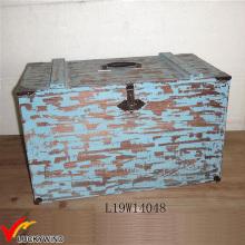 Caja de tronco de madera con decoración azul