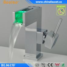 Robinet automatique de contrôle de température de lumière de la conception LED de salle de bains